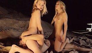 Spring breakers enjoy hot outdoors sex
